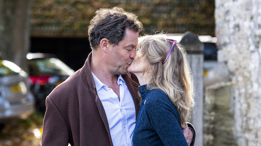 Dominic West bacia la collega Lily James