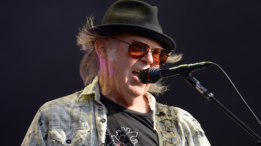 Neil Young porta in tribunale Donald Trump